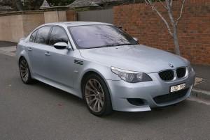 2007_BMW_M5_(E60_MY07)_sedan_(2015-06-27)_01